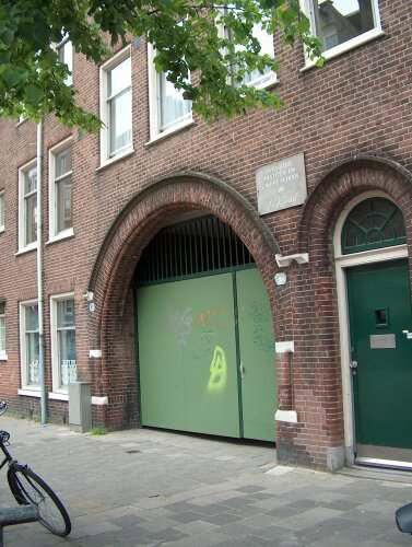 De poort waardoor je vroeger de Oranje Vrijstaatschool binnenkwam, nu de bijna nooit gebruikte achteringang van basisschool De Kraal. Alle rechten voorbehouden