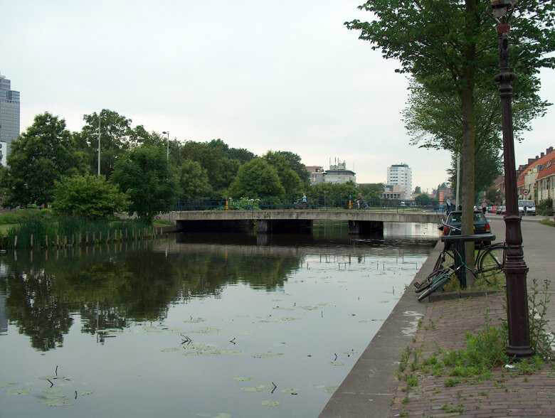 De brug die de Nobelweg met de Krugerstraat verbindt was vroeger een houtenbruggetje dat door iedereen het 'kippenbruggetje' werd genoemd. Alle rechten voorbehouden