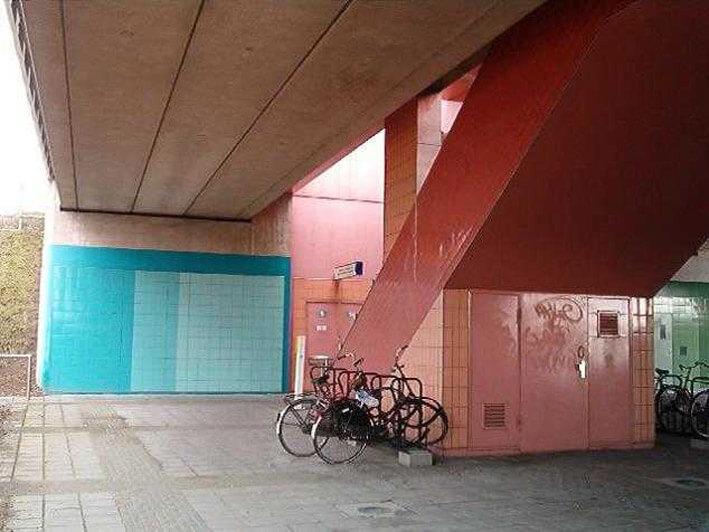 Het vrolijkgekleurde metrostation Overamstel, richting Amstelstation of Amstelveen Alle rechten voorbehouden