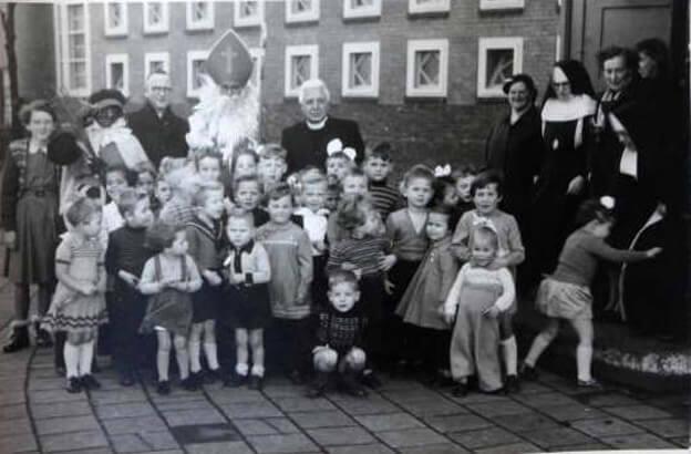 Kleuterklas1953 Wat leuk als herinnering. Ook een geestelijke op de foto. Foto: Ans van de Scheur Alle rechten voorbehouden
