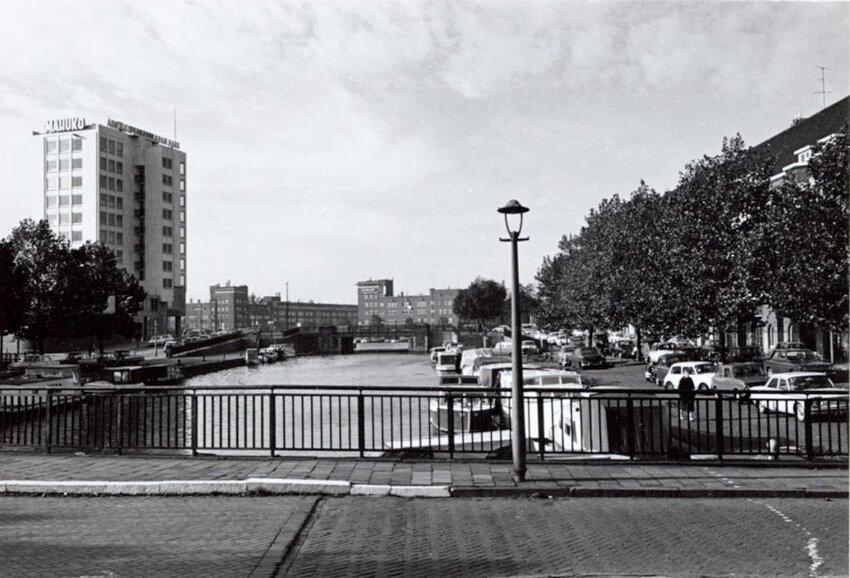 De charme van het water aan de Schollenbrugstraat (rechts), kijkend over de Ringvaart richting Amstel en Schollenbrug. (Foto: 1967 Gemeentearchief Alle rechten voorbehouden