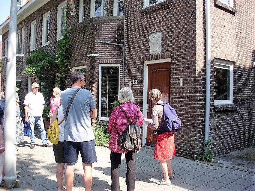 Bij de voormalige woning van Jaap Kruizinga op het Robert Kochplantsoen 25 - Foto: John Haen - Alle rechten voorbehouden