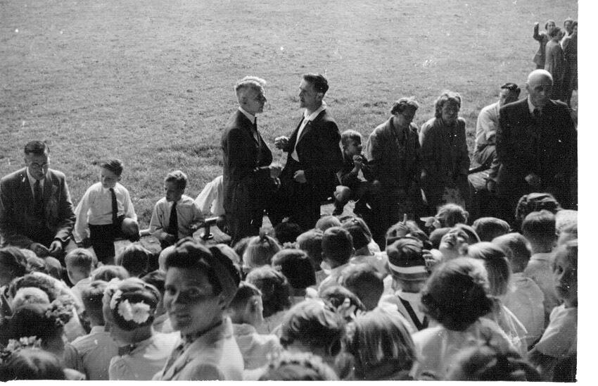 Bevrijdingsfeest in het voormalige Ajaxstadion september 1945. Op de foto de vader van Henk de Koning (hoofd Hogewegschool) en dhr.Karel Gordijn (gymleraar Hogewegschool). Ze zijn beiden duidelijk nog broodmager ! (foto Henk de Koning) Alle rechten voorbehouden