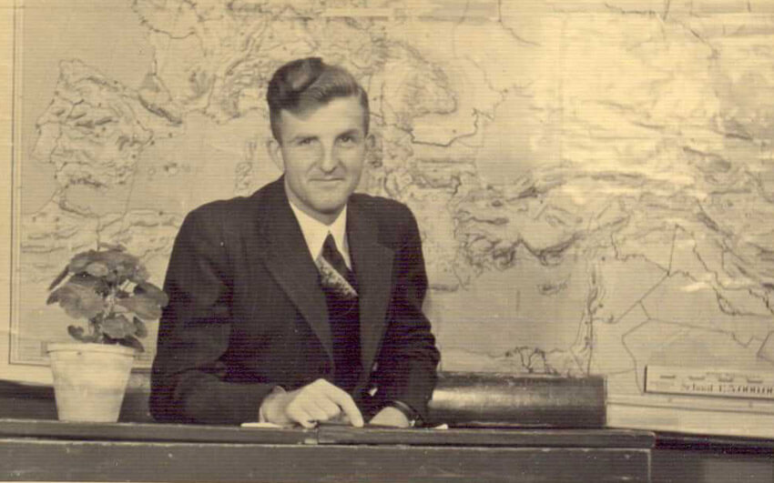 Meester Bossenbroek in de schoolbank. ( juni 1940) (foto mevr.C.de Jong-Bossenbroek, dochter van de meester) Alle rechten voorbehouden