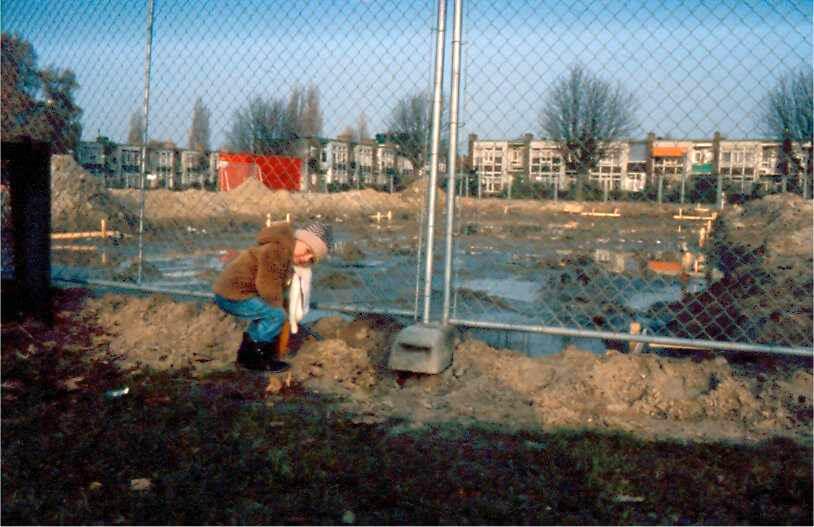 Bouwput voor experimentele groene woningen. De oudste zoon van Wim Cremers bij de plek waar de woningen gebouwd zullen worden. Alle rechten voorbehouden