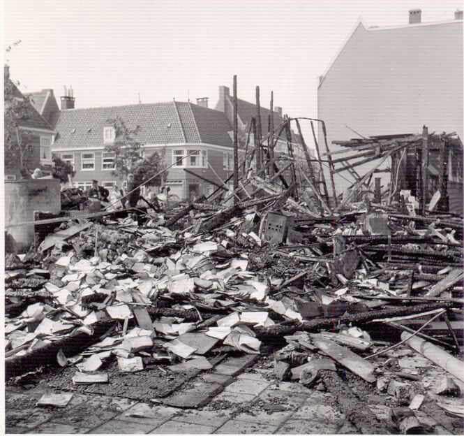 """Restanten fraunhoferschool In 1959 is de school afgebrand. Op deze foto de restanten. De school is later weer opgebouwd, maar moest in de jaren 80 van de 20e eeuw toch het loodje leggen, ondanks protesten (zie het verhaal Ã‹en dorpsschooltje in de Fraunhoferstraat"""") (foto uit 1959 van Henk de Koning). Alle rechten voorbehouden"""