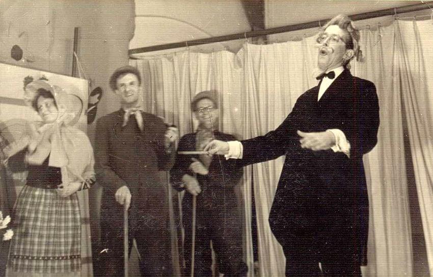 """De heer Klaas Bossenbroek (2e van links) met enkele collega's bij de uitvoering van de musical """"Zo moet het zijn""""op de Hogewegschool t.g.v. het 40-jarig jubileum van het hoofd van de school de heer C.de Koning (vader van Henk de Koning) op dinsdag 4 november 1952. De Fraunhoferschool was een dependance van de Hogewegschool. (foto Henk de Koning) Alle rechten voorbehouden"""