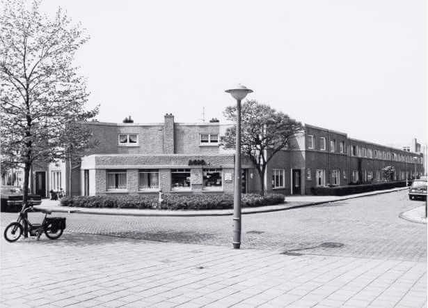 De sigarenwinkel op de hoek Ploegstraat en Onderlangs in 1971. Foto: Stadsarchief Amsterdam - Alle rechten voorbehouden