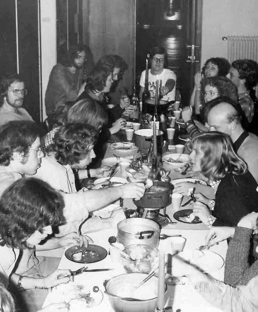 Samen eten . De studenten kookten soms voor elkaar.. Conflicten herinnert Frans zich niet. Wel saamhorigheid zoals hier tijdens een fondue-maaltijd op de gang in 1975. Alle rechten voorbehouden
