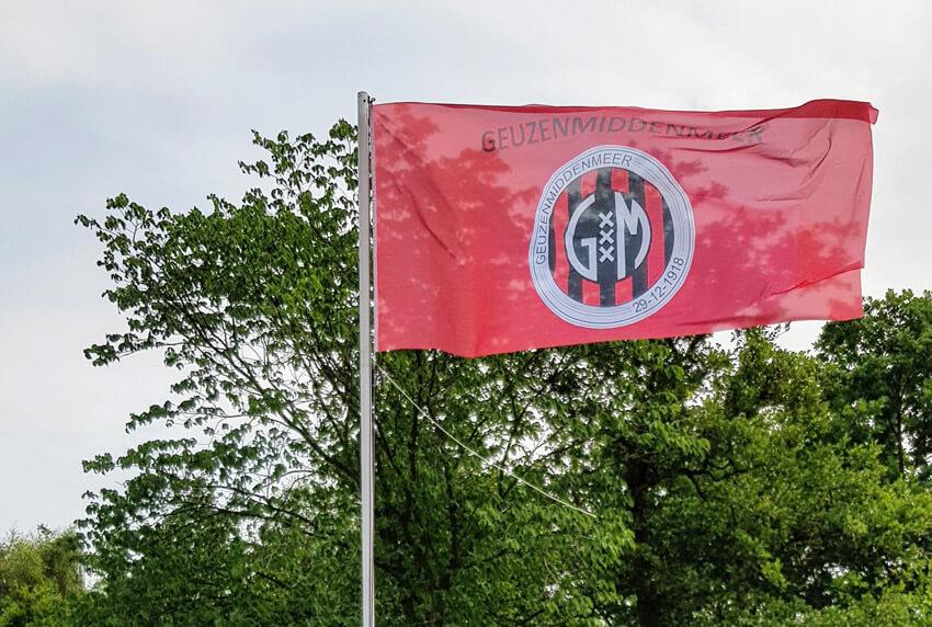 De nieuwe vlag met het nieuwe logo van GeuzenMiddenmeer - 9 juni 2018 - Foto: Kees Zijp - Alle rechten voorbehouden