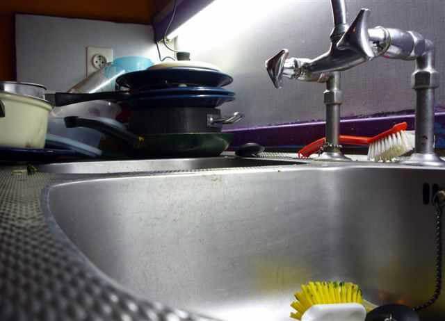 Afwas in een keukentje in Casa 400, 2009. Meestal staat er een hoop afwas op het aanrecht en liggen er lege flessen. Alle rechten voorbehouden