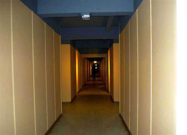 en eindeloze gang... De eindeloze gangen van CASA 400 doen denken aan de lange gangen in scholen van lang geleden of aan die van een oudbakken budgethotel in New York.  Alle rechten voorbehouden