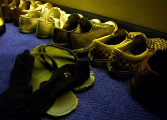 Schoenen op de gang. Ze zijn heel goed verzorgd en stralen, ook in 2009, een samen-gevoel uit. De gang straat een samen-gevoel uit. Alle rechten voorbehouden