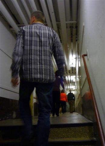 De technische dienst in de kelder, 2009. Ook de technische dienst, op verzoek opgestegen uit de kelders van CASA 400, kan niet helpen.  Alle rechten voorbehouden