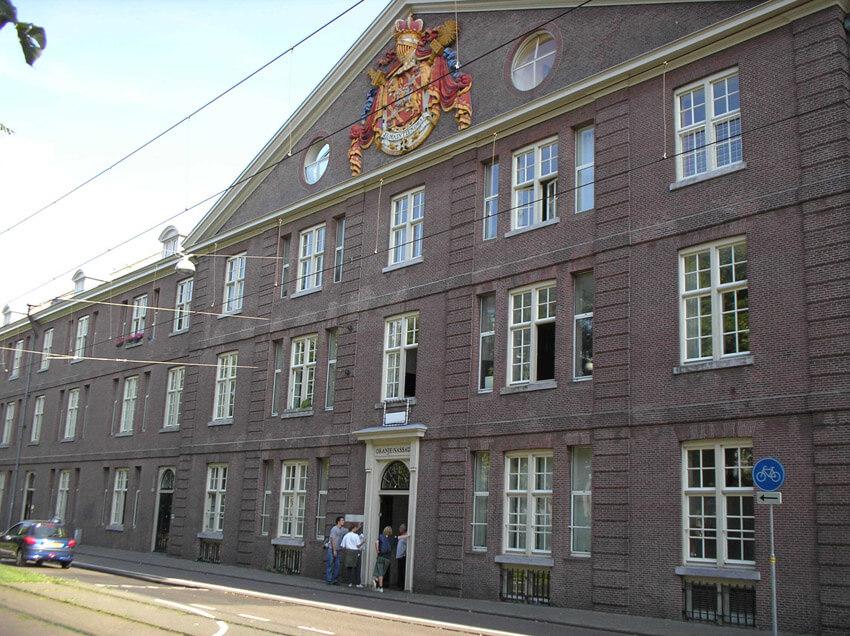 De Oranje Nassaukazerne anno 2006. Het gebouw is omstreeks de eeuwwisseling omgebouwd tot appartementen (architect J.van Stigt). Alle rechten voorbehouden