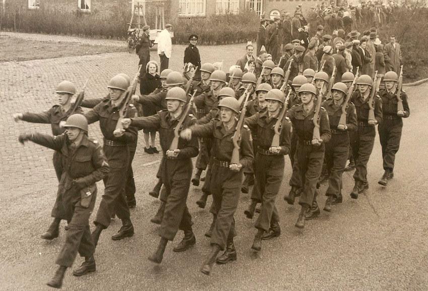 Foto van recruten in opleiding tijdens ouderdag op Kamp Zeeburg eind 1959. . Dolf Haen Alle rechten voorbehouden