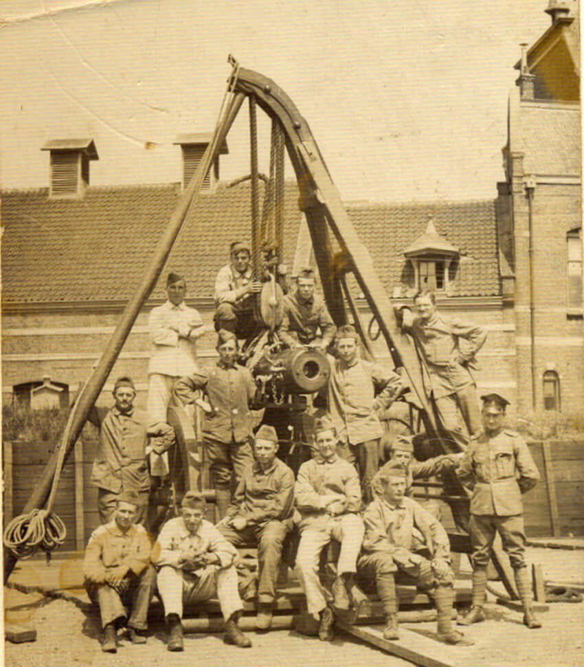 Mijn vader in militaire dienst. Hij staat op de 2e rij geheel rechts. Foto genomen op het terrein van de Oranje Nassaukazerne. . Foto: Henk de Koning Alle rechten voorbehouden