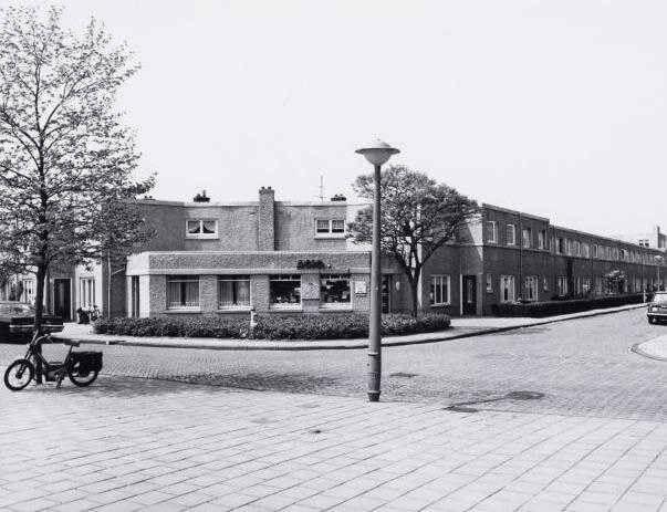 De sigarenwinkel op de hoek van de Ploegstraat en het Onderlangs met het bekende Agio logo boven de ramen. in 1971 op nummer 100.  Foto door J.M. Arsath Rois van het Stadsarchief Amsterdam  - Alle rechten voorbehouden