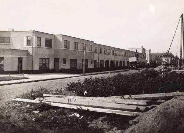 Ploegstraat 1924 De even kant van de Ploegstraat in 1924, nog maar net gebouwd. Links is de sigarenwinkel te zien Ploegstraat 100 . (Foto: Stadsarchief Amsterdam). Alle rechten voorbehouden