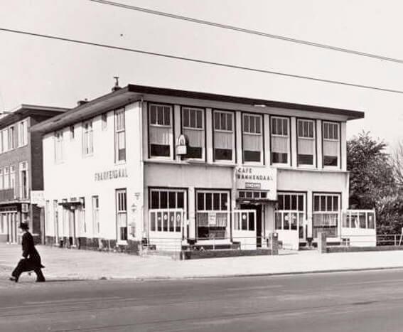 Uitgaan in Oost, bijvoorbeeld bij Café Frankendael op de Middenweg 116, hier in 1954. (Foto: Gemeentearchief Amsterdam) Alle rechten voorbehouden