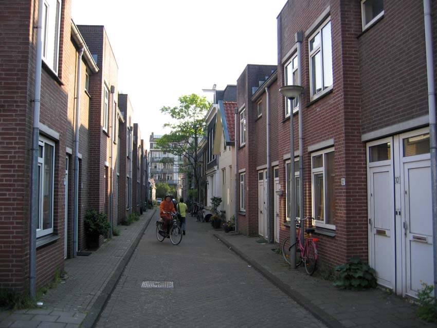 Linnaeusdwarsstraat 2006, het voorste deel van de straat met de nieuwbouw appartementen. Alle rechten voorbehouden
